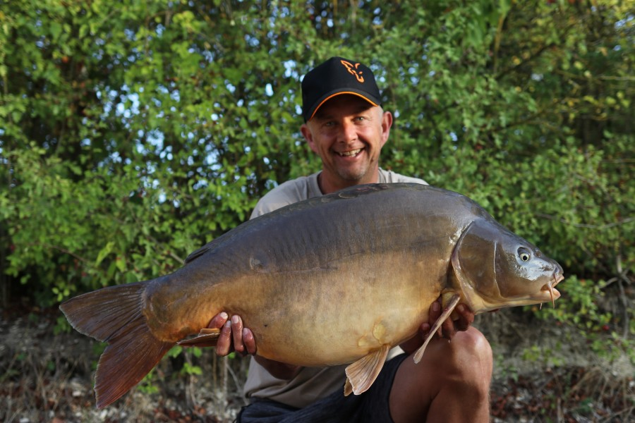 Rodger Morris with Swaley's mirror at 40lb from Brambles 17/8/2019